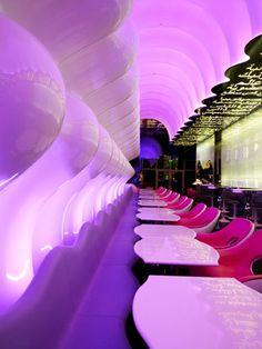 Futuristic interior design in switch restaurant - karim rashid Karim Rashid, Futuristic Interior, Futuristic Design, Luxury Restaurant, Restaurant Design, Restaurant Interiors, Design Hotel, Design Studio, Commercial Design
