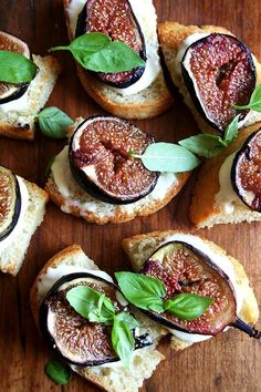 roasted fig bruschetta with ricotta and basil - higos con queso? Bon Appetit, Bruschetta Recept, Bruschetta Toppings, Tapas, Wine Recipes, Cooking Recipes, Roasted Figs, Appetizer Recipes, Fig Appetizer