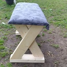 This DIY bench is super easy and quick to make and is easy on the budget! It uses lumber and can be used as an outdoor bench or indoor bench. Beginner Woodworking Projects, Diy Woodworking, Popular Woodworking, 2x4 Bench, Porch Bench, Entryway Bench, Diy Vegetable Storage Bin, 2x4 Wood Projects, Wood Crafts
