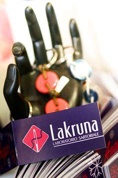 """Logo del laboratorio sartoriale e impresa sociale """"Lakruna""""."""