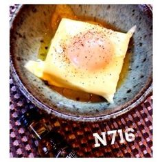 1人暮らしの贅沢ごはん。ふわっとした食感のお豆腐にたまごとチーズがとろ~り。オリーブオイルに塩でシンプルに仕上げます。 粗びきこしょうと卵黄がなんだかカルボナーラみたいで濃厚でおいしい。 子供も大...