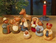 Handgearbeitete Miniatur-Krippe, mit Stern-Kerzenhalter, 10-teilig - Handgearbeitete, farbig glasierte Miniaturkrippe mit Stern-Kerzenhalter. Ideal auch für wenig Stellfläche, z. B. am Krankenbett oder für Kinder.