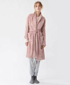 Халат розового цвета - Халаты - Тенденции женcкой моды Осень-зима 2016 на Oysho онлайн: нижнее белье, спортивная одежда, пижамы, купальники, бикини, боди, ночные рубашки, аксессуары, обувь и аксессуары. Модели для каждой женщины!