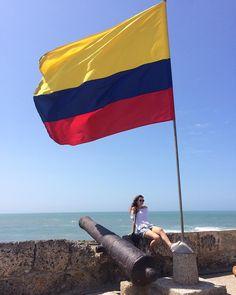 Finalmente sentindo o verão 💛💙❤️#amemcartagena #colombia Visit Colombia, Foto Pose, Fashion Sets, Tropical Paradise, Etsy Vintage, Flags, Vacation, City, Travel
