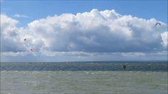 Kitesurfing Halbinsel Hel Polen   Putziger Nehrung Ostsee - Die Halbinsel Hel (polnisch: Półwysep Helski Mierzeja Helska kaschubisch: Hélskô Sztremlëzna deutsch Halbinsel Hela oder Putziger Nehrung) ist eine 34 Kilometer lange Landzunge in der polnischen Woiwodschaft Pommern.  Die Halbinsel die etwa 20 Kilometer nördlich von Danzig liegt und zum Landstrich Kaschubien zählt trennt die Danziger Bucht teilweise von der Ostsee und bildet dabei die Putziger Wiek. Die Landzunge ist zwischen 200…