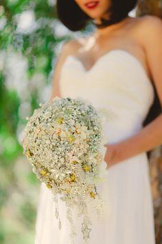 Os presentamos la colección de accesorios y ramos broche de novia de la firma Noaki Jewelry.