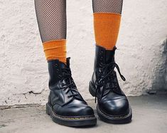 Doc Martens have been in style for almost 60 years, discover what made them so popular. We also discuss how to wear them in style! Skull Fashion, Dark Fashion, Grunge Fashion, Minimalist Fashion, Fashion Fashion, Trendy Fashion, Fashion Women, Fashion Shoes, Vintage Fashion
