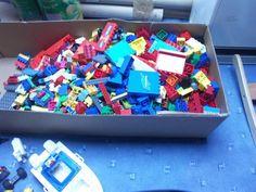 Hier bekommt ihr eine Riesen Kiste mit Legosteinen ,Platten und FigurenArtikel…