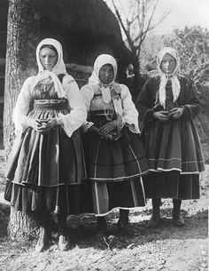Women from the region of Łowicz, central Poland, 1921. Image via Gallica archives.