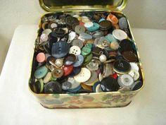 La caja de los botones. Sigo la tradición y tengo una... o dos ;-)