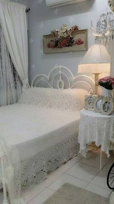 Shabby Chic Home Interiors – Decorating Tips For All Cama Shabby Chic, Estilo Shabby Chic, Shabby Chic Cottage, Vintage Shabby Chic, Shabby Chic Homes, Shabby Chic Style, Shabby Chic Decor, Romantic Cottage, Lace Decor