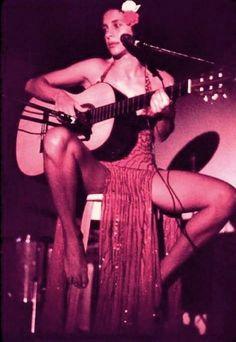 """Gal Costa no palco em 1973, no show """"Índia"""", fotografada por Antonio Guerreiro.  Veja mais em: http://semioticas1.blogspot.com.br/2012/03/betha-betha-bethania.html"""