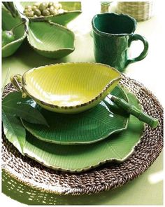 Botanical prints have become more and more popular of late, appearing on everything from wall coverings to textiles to dishware. Ceramic Plates, Ceramic Pottery, Ceramic Art, Table Verte, Vase Deco, Purple Home, Dish Sets, Plates And Bowls, Leaf Bowls