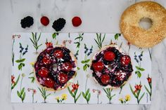 Bagel aux fruits rouges Bagels, Doughnut, Desserts, Food, Philly Cream Cheese, Jelly, Raspberry, Red Berries, Dessert