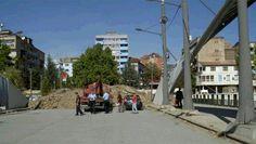 Шиптар кренуо багером на барикаду у Косовској Митровици