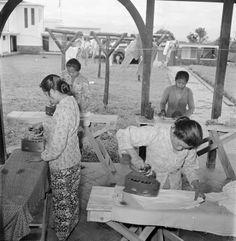 Indonesische werknemers strijken de was van een verlofcentrum voor ambtenaren te Bandung, 1947-1949.