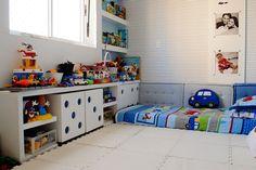 Quarto de menino com decoração que incentiva independência infantil.   https://www.homify.com.br/livros_de_ideias/31764/dicas-para-decorar-quartos-de-meninos