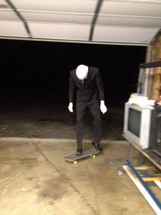 Something about Slenderman on a skateboard is REALLY funny Jeff The Killer, Creepypasta Slenderman, Creepypasta Characters, Creepy Pasta Family, Flipper, Comic Manga, Ben Drowned, Laughing Jack, Everything Is Fine