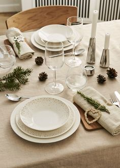 The Danish interior and design brand Rosendahl, have launched their brand new christimas collection. Christmas Plates, Christmas Home, Danish Interior, Grand Cru, Christmas Table Settings, Plate Sets, Decorating Your Home, Tablescapes, Household