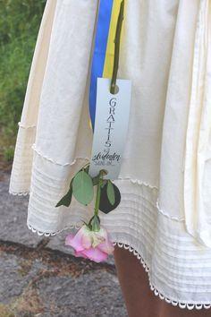 Sätt ett grattiskort på blomman till den nybakade studenten Sweden, Reusable Tote Bags, Tips, Board, Party, Students, Dekoration, Parties, Planks