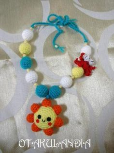 Collar de porteo Mod. Solete - diseñado, creado y realizado a mano en crochet... perfecto para que el bebé se distraiga agarrándolo y tirando de él mientras le das sus tomas, le porteas o le tienes en brazos.