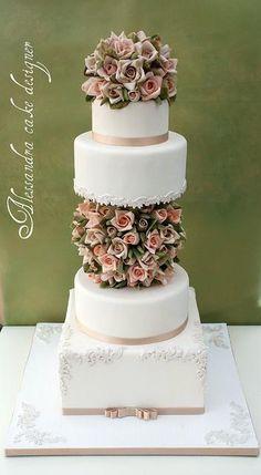 www.facebook.com/cakecoachonline - sharing....Stunning cake.