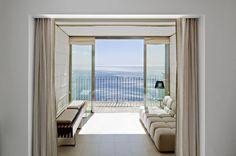 Hier kommt ein ganz besonderer Leckerbissen für all diejenigen, die sich nicht entscheiden können zwischen Hotelurlaub und Urlaub im Ferienhaus. In den Luxus-Design-Apartments des Hotels Villa Belvedere auf Sizilien geht beides.