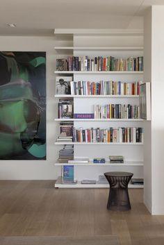 Regale um die Ecke bauen bücherregale-weiss-wohnzimmer Corner Bookshelves, Book Shelves, Bookcases, Wall Shelves, Build Shelves, Espace Design, Shelving Design, Bookshelf Design, Corner Wall