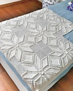 This Pin was discovered by Hai Crochet Bedspread Pattern, Crochet Doily Rug, Crochet Square Patterns, Crochet Squares, Filet Crochet, Baby Blanket Crochet, Crochet Needles, Thread Crochet, Crochet Yarn