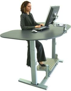 Molti dei lavori più diffusi oggi richiedono lunghe ore seduti a una scrivania: per scongiurare gli effetti negativi di questa condizione, meglio ricorrere a una standing desk