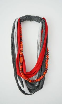Upcycle your old stained t shirts into necklaces · vicky myers creations - - Transform old stained t shirts onto stylish fun necklaces. Step by step tutorial this a quick and easy recycled t shirt craft. DIY T Shirt Necklace. Yarn Necklace, Fabric Necklace, T Shirt Necklace, Knitted Necklace, Bijoux Art Deco, Bijoux Diy, Textile Jewelry, Fabric Jewelry, Jewellery Diy