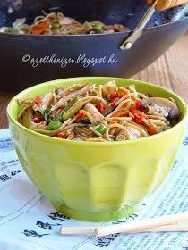 Ha egy kis ázsiai hangulatra vágyunk, ezzel az étellel a konyhánkba idézhetjük a kínai éttermek hangulatát és ízeit. Nem i... Hungarian Recipes, Hungarian Food, Chow Mein, Thai Recipes, Japchae, Chili, Food And Drink, Soup, Asian