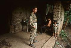 1984. El mismo joven guerrillero de la foto anterior en Guazapa, territorio bajo dominio del FMLN.