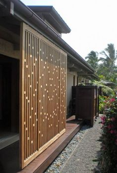 It feels wonderful having a beautiful patio or backyard garden but you still need some privacy on your own home. That's why it's necessary to have an outdoor privacy screen. Diy Screen Door, Screen House, Wooden Screen, Wooden Fence, Garden Privacy Screen, Privacy Fence Designs, Fence Garden, Timber Screens, Privacy Screen Outdoor