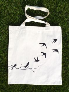 Ptačí Obrázek je ručně kreslený a nevypratelný. Barva tašky je přírodní, světle béžová. Rozměry: cca 37 x 41 cm, ucha jsou dlouhá přibližně 70 cm. Prát při teplotě max. 40°C!