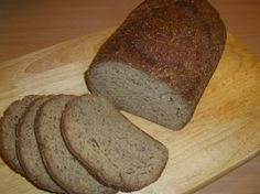Was man bei Low Carb wohl am meisten vermisst. Das Brot hält sich angeschnitten, auf die Schnittfläche gestellt ein paar Tage. Man kann es aber auch scheibenweise einfrieren und bei Bedarf auftauen oder toasten.