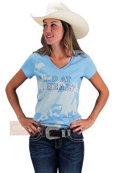 Blusinha Feminina Wild At Heart  Blusinha feminina, importada, tecido 100% algodão, gola V, cor azul claro com estampas de cavalos galopando na cor bege. Ideal para dias mais quentes por ser bem fresca e leve. Para cowgirls de bom gosto e que adoram estar sempre na moda country.