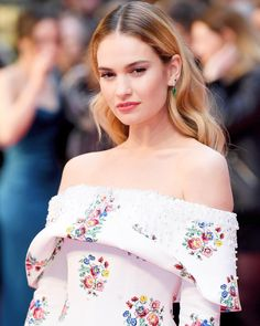 'The Guernsey Literary And Potato Peel Pie Society' London Premiere - 111 - Lily James Online / Photo Archive British Actresses, Actors & Actresses, Actress Lily James, The Guernsey Literary, Haley Lu Richardson, Beautiful Actresses, Girl Crushes, Pretty Woman, Beauty Women