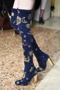 Wooooooaaaaah – check out these over-the-knee boots from the Emilio Pucci Fall Winter collection – STELLAR! Details on these bad boys are truly celestial, with moon, stars, suns and zodiac glyphs… Out of this world… EMILIO PUCCI ZODIAC SUEDE OVER THE KNEE Mode Shoes, Sneakers Mode, Casual Sneakers, Shoes Sneakers, Shoes Heels, Look Fashion, Fashion Shoes, Fashion Design, Fashion Trends