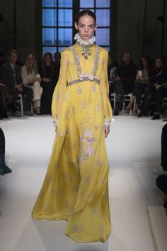See all the Collection photos from Giambattista Valli Spring/Summer 2017 Couture now on British Vogue Fashion 2017, Couture Fashion, Runway Fashion, Fashion Show Collection, Couture Collection, Spring Couture, Giambattista Valli, Ideias Fashion, Fashion Looks