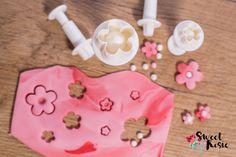 Blumen Ausstecher. Zaubere kleine Fondant-Blumen für eine zuckersüße Hochzeitstorte. Icing, Sweet, Desserts, Food, Wedding Cakes, Pies, Candy, Tailgate Desserts, Deserts
