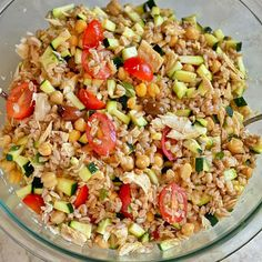 When the thermometer reaches 97F it's stime to switch to summer recipe mode 🤣🥵 This is a farro, chickpeas, canned salmon, tomato, zucchini, olives, marjoram salad. I served it room temperature but cold is lovely too! Double approved by the kids, it's a lovely toddler idea or baby led weaning one. For babies just few changes: chop the tomatoes at least in quarts, same thing with the olives. Steam the zucchini 5 min to make them more tender and mash the chickpeas roughly with a fork. The… Can Salmon, Baby Led Weaning, Chickpeas, Olives, Fried Rice, Summer Recipes, Fork, Family Meals, Tomatoes