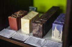 Pieni Saippuakauppa tarjoaa vaihtoehdon markettisaippualle; käsintehdyt saippuat, luonnon saippuat ja luomusaippuat. #käsityö #saippua #luomusaippua #luonnonsaippua #pienisaippuakauppa #saippuakauppa #rakastampere #tampere