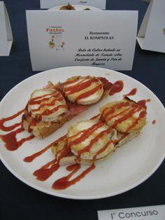 Rulo de cabra bañado en mermelada de tomate sobre crujiente de jamón y pan de hogaza del Restaurante El Rompeolas