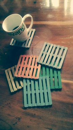 Porta copos de paletes com palitos de picolé - Diy Crafts Hacks, Diy Home Crafts, Easy Crafts, Diy Popsicle Stick Crafts, Popsicle Sticks, Craft Stick Projects, Diy Para A Casa, Ice Cream Stick Craft, Popsicles