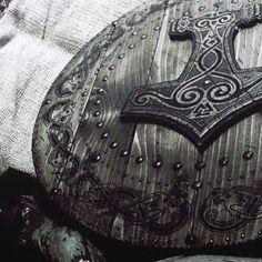 Alcohol, revolution and pagan people. Viking Shield, Viking Age, Vikings, Viking Aesthetic, Medieval Shields, The Last Kingdom, Shield Maiden, Mystique, Norse Mythology