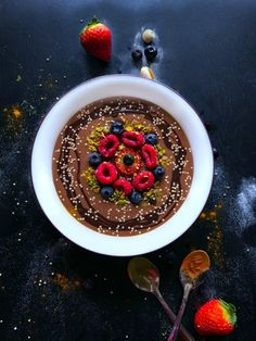 Chocolate Goddess Smoothie Bowl (GF + Antioxidant Rich) Gorgeous looking creamy-chocolatey bowl filled with antioxidants and tastes absolutely divine. Healthy Low Calorie Meals, Healthy Eating Recipes, Juice Smoothie, Smoothie Bowl, Breakfast Smoothies, Healthy Smoothies, Breakfast Ideas, Breakfast Recipes, Milkshakes