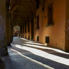 https://flic.kr/p/JTWBPv | Luci ed ombre estive nell'antica Bologna. Summertime in Bologna's old town centre: lights and shadows | Portico destro ( andando verso le Torri) di Strada Maggiore. Strada Maggiore's porch. Bologna ,Old Town, Luglio 2016 If you like,  use the + lens to enlarge the image for a full immersion in the ancient porches shade.