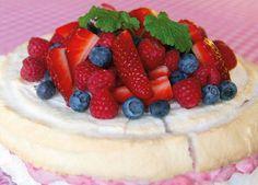 En god, nyttig och till och med hälsosam maräng-grädd tårta! Receptet är helt fritt från vita kolhydrater och socker, finn receptet HÄR!