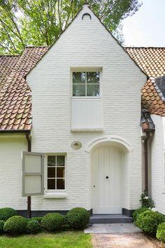 I quite like this splendid garage doors Exterior House Colors, Exterior Design, French Farmhouse, Modern Farmhouse, Renovation Facade, Garage Door Design, Garage Doors, Belgian Style, Cottage Style
